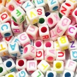 Miçanga cubo letras - ref. 150424 - 8 x 8 mm - aprox . 50 grs