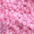 Miçanga cubo rosa c/ letra branca - 6 mm c/ 50 grs
