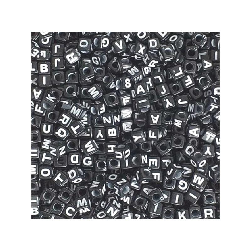 Miçanga dado preto c/ letra branca 8 mm c/ 50 grs