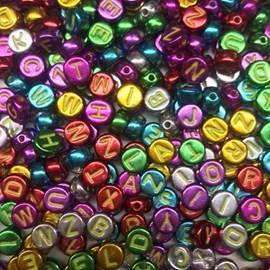Miçanga metalizada redonda colorida c/ letras - 6 mm c/ 50 grs